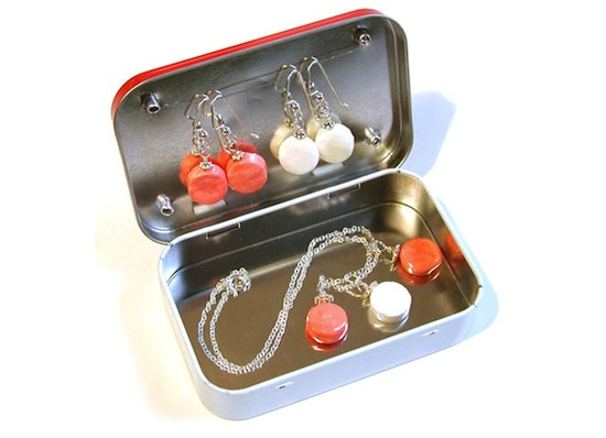 "DIY Travel Jewelry Tin // 5 ""DIY & BUY"" Jewelry Cases for Travel // simplyspaced.com"